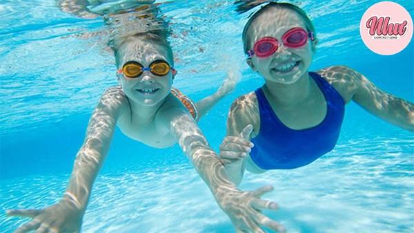 Thay vì kính áp tròng bạn hãy sử dụng kính bơi nhé